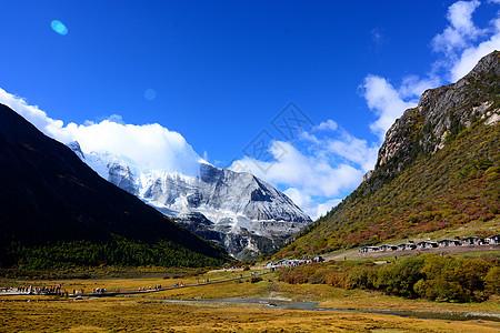 稻城亚丁雪山草甸天空河流风光图片