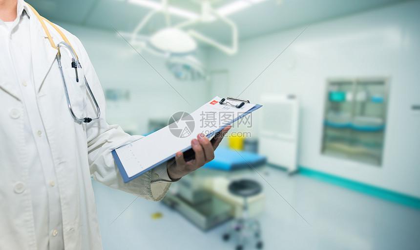 医生在写报告图片