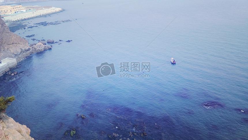 大海里的孤舟图片