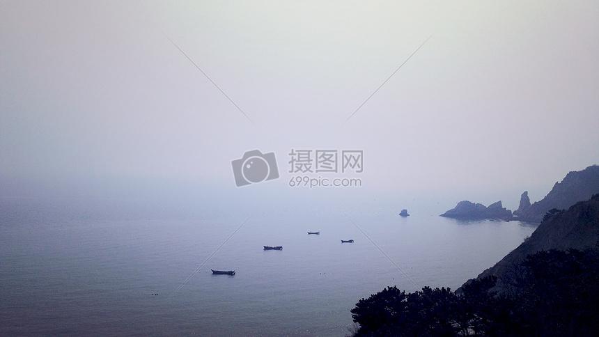 雾中孤舟图片