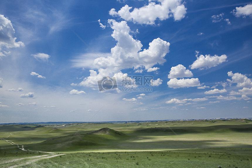 草原蓝天白云背景图片