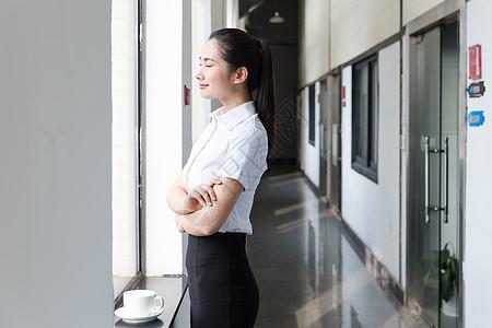 职业女性休息喝咖啡闭目图片