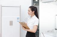 商业行政美女前台检查空调图片