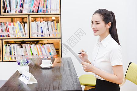 职业美丽女性公司求职写简历图片