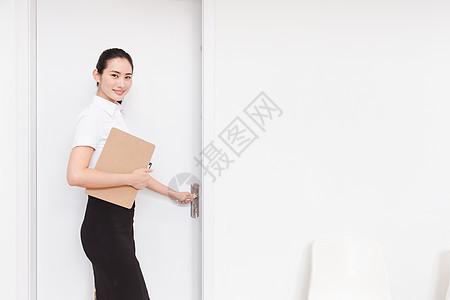 职业美丽女性求职面试推门图片