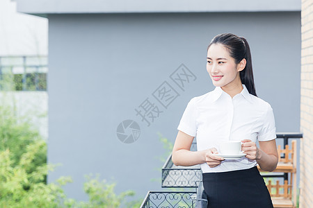 美丽职业女性阳台放松喝咖啡图片