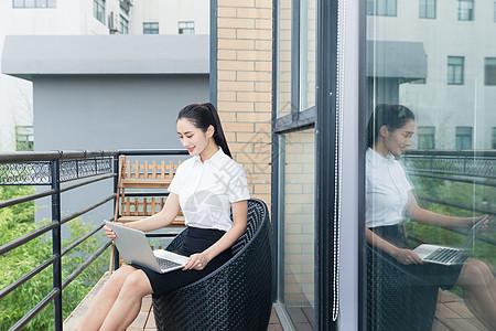 美丽职业女性阳台轻松办公图片