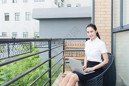 美丽职业女性阳台电脑办公图片