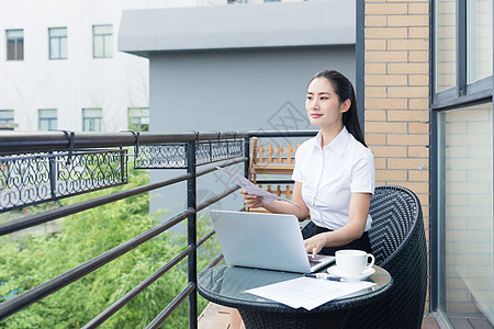 职业女性阳台商业办公思考图片