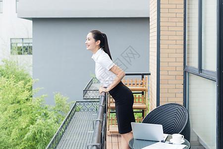 美丽职业女性阳台休息眺望图片