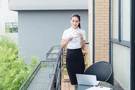 美丽职业女性阳台喝咖啡图片