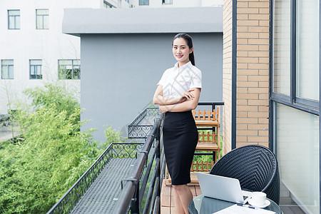 美丽职业女性阳台站立形象图片