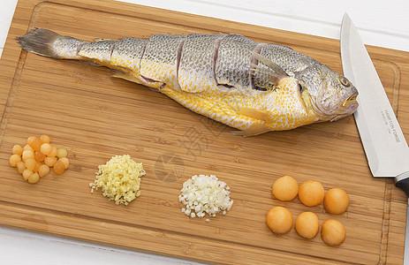 砧板上的黄鱼图片