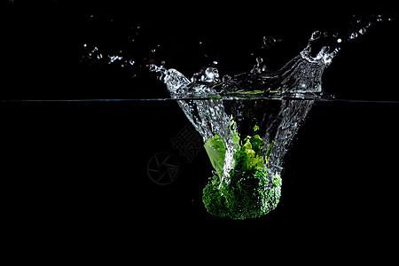 落入水中的蔬菜图片