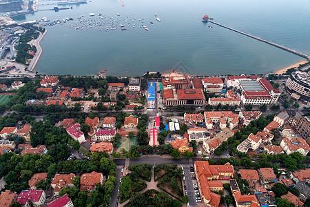 无人机鸟瞰青岛栈桥湾畔图片