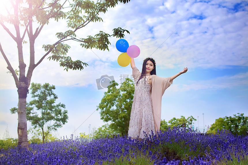 薰衣草丛中拿着气球的美女图片