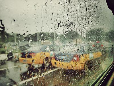 夏天的雨后-车窗上的雨水图片