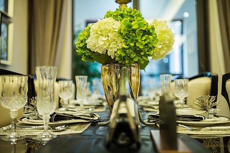 餐桌上的鲜花图片