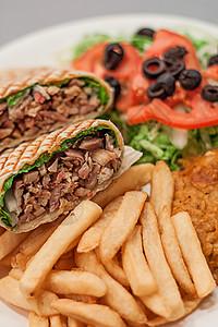 健康美食烤肉沙拉配薯条简餐图片