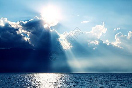 大理的太阳和云的奇妙光影图片