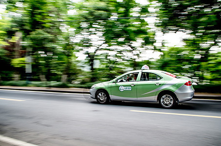 跟随拍摄-静止的车与动感的环境图片