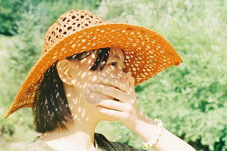 戴帽子捂嘴的女孩儿图片
