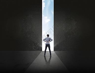 敞开新世界大门的商务人士图片