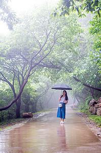 雨天的大蜀山意境人物打伞图片图片