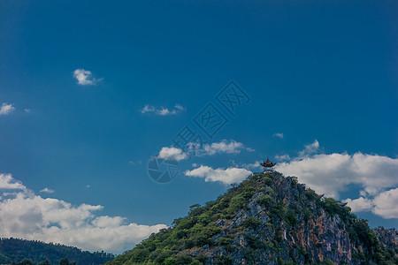 蓝天下假山上的亭子图片