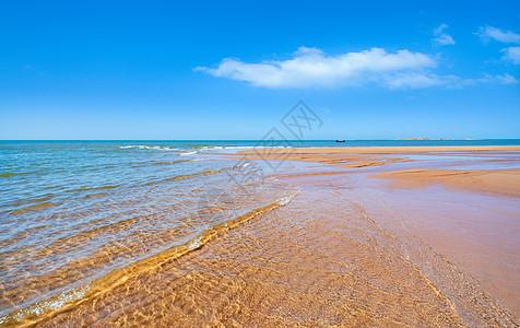 蓝天白云沙滩海浪图片