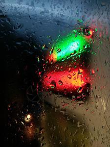 玻璃上的雨滴图片
