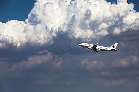 飞机穿云图片