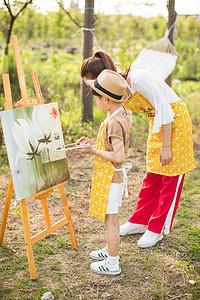 母亲和孩子一起画画一起户外活动图片