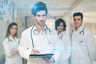 专业医疗团队正在查看资料图片