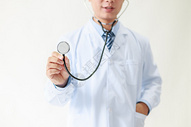 手拿听诊器的医生图片