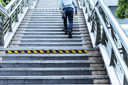 下班孤独商务男士行走楼梯图片