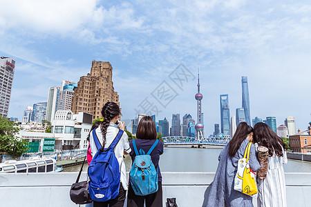 上海旅游女孩们拍照采风背影图片
