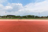 晴天下的校园操场图片