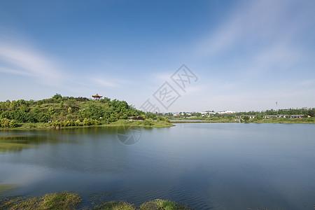 蓝天下的湖泊图片