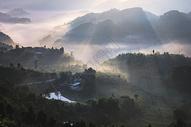 晨雾缭绕的山脉图片