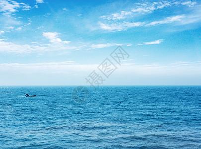 蓝色的海天一线图片