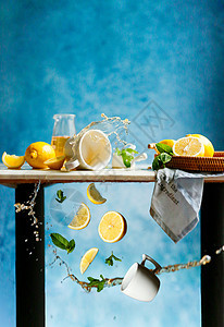撒落的水和柠檬图片