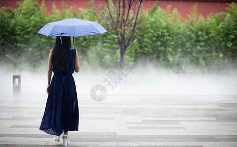 夏日雨中的太古里图片