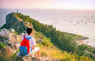 海边男生眺望图片