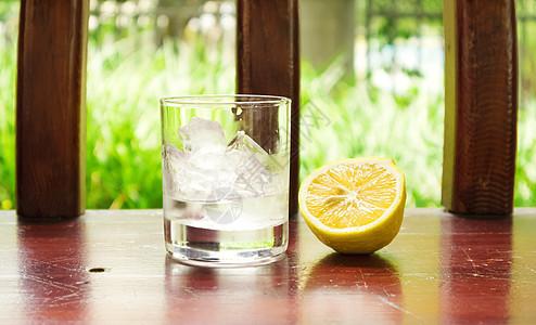 柠檬与玻璃杯图片