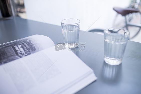 咖啡馆认真看书的人图片