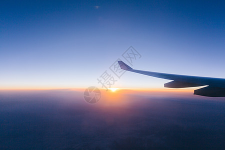 飞机上日出后的景色图片