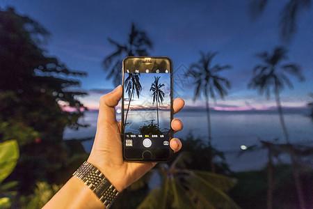 拿着手机拍照图片