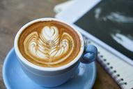 手心的热奶咖啡图片