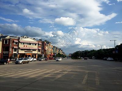 云南蓝天白云下的大街图片